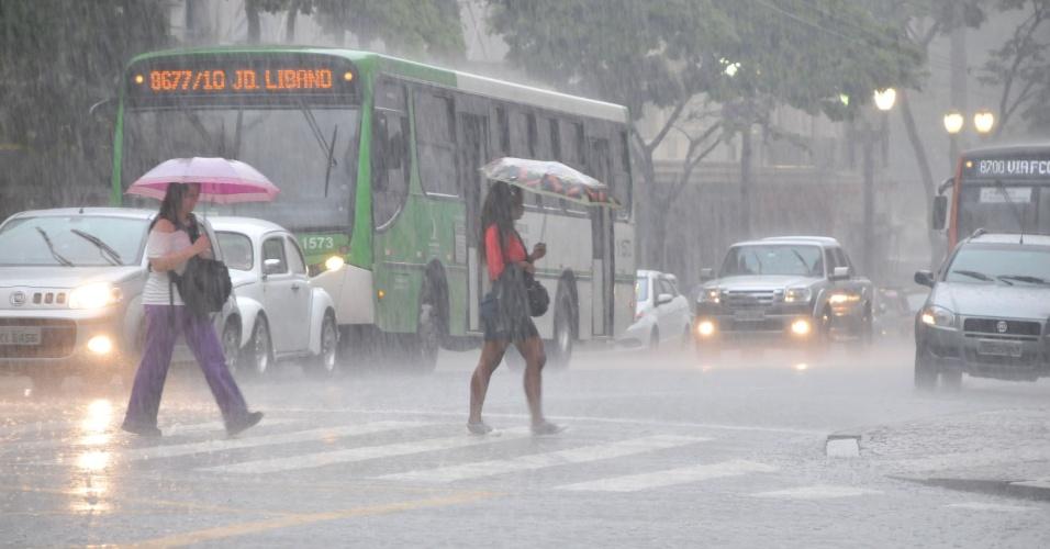 A chuva deixou a cidade de São Paulo em estado de atenção. Apesar da situação já ter normalizado, ainda existem pontos de alagamento transitáveis