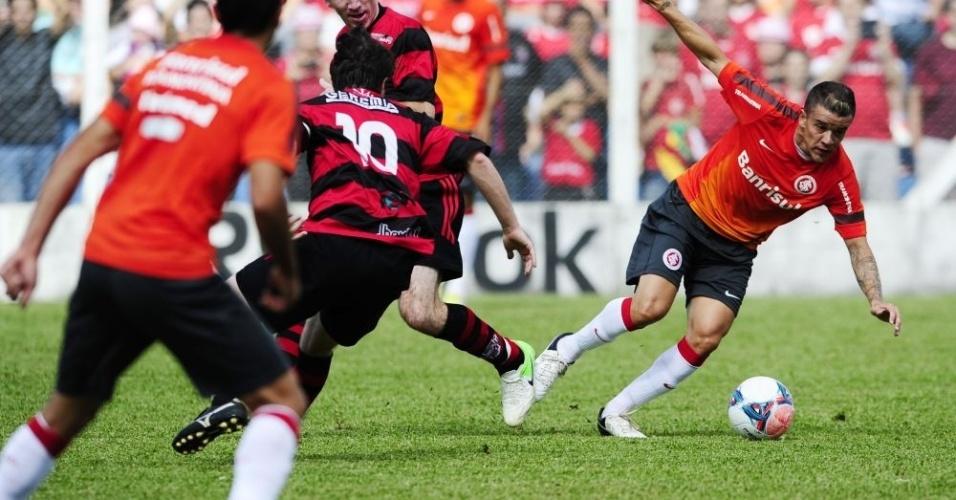 D'Alessandro dribla marcador durante jogo-treino do Inter contra o Flamengo de São Valentim