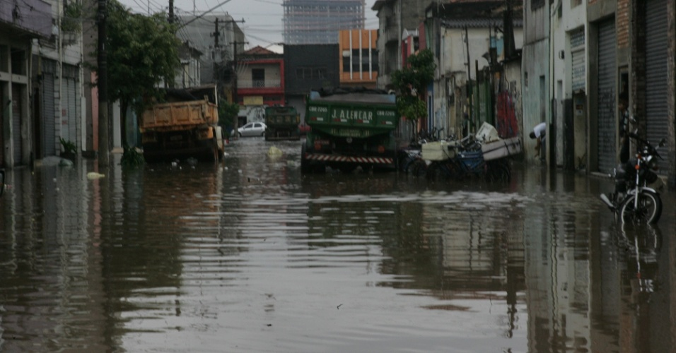 Forte chuva causa  ponto de alagamento em rua na região do Brás, zona leste da capital paulista. Cidade deixou o estado de atenção, mas ainda existem pontos de alagamento transitáveis