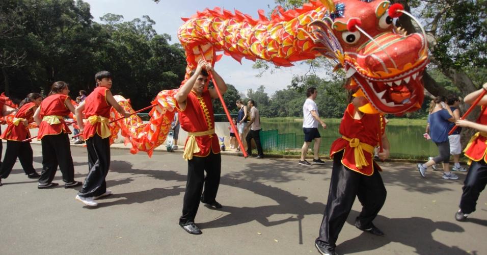 Integrantes da comunidade chinesa em São Paulo realizam danças típicas