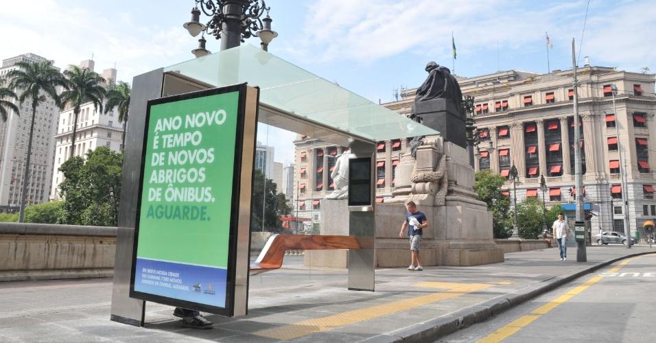 Novo modelo de ponto de ônibus ao lado do Teatro Municipal, na Praça Ramos de Azevedo, região central de São Paulo