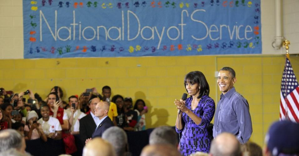 Presidente dos EUA, Barack Obama, e a primeira-dama Michelle Obama falam aos voluntários na escola Burrville de ensino fundamental, durante o Dia Nacional de Serviço, em Washington