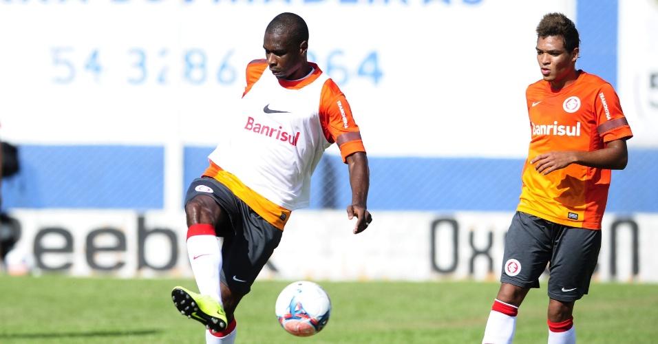 Zagueiro Juan tenta o passe durante treinamento do Inter em Gramado