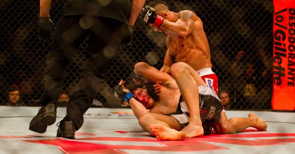 19.jan.2013 - Árbitro caminha em direção a Vitor Belfort e Michael Bisping para encerrar a luta e dar a vitória ao brasileiro