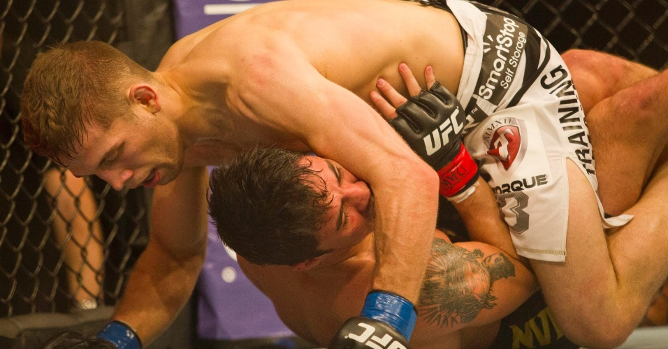 19.jan.2013 - Em desvantagem no chão durante todo o segundo assalto, Diego (embaixo) começou a demonstrar cansaço, e as vaias aumentavam