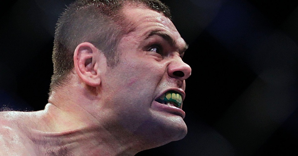 19.jan.2013 - Gabriel Napão comemora sua vitória sobre Ben Rothwell no UFC SP
