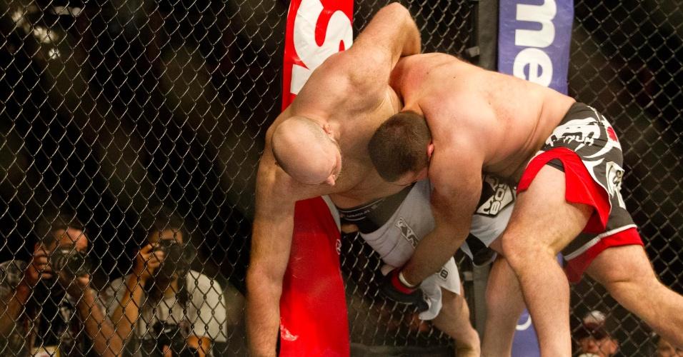 19,jan.2013 - Gabriel Napão joga adversário no chão durante luta pelo card principal do UFC SP