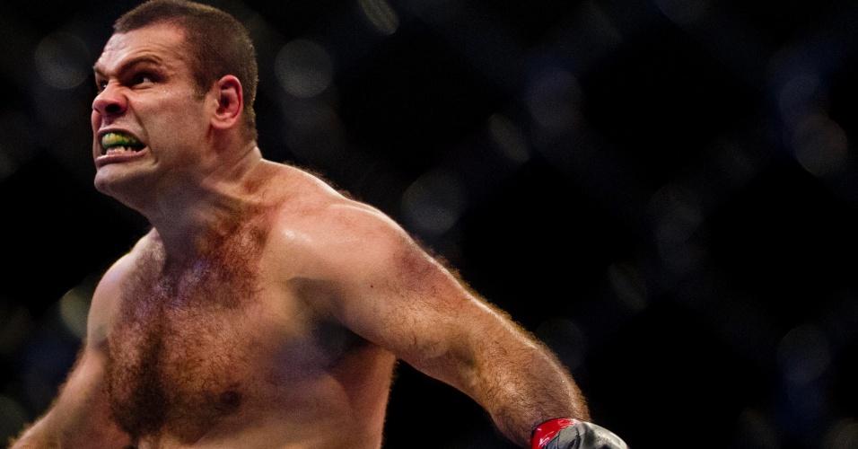19.jan.2013 - Napão comemora após vencer Rothwell e conseguir a sua segunda finalização seguida no UFC