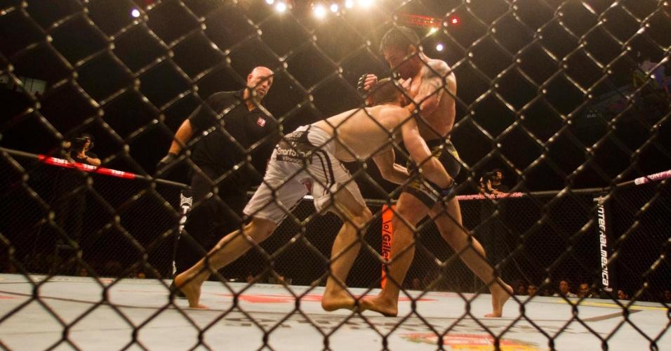 19.jan.2013 - No quinto combate da noite, o brasileiro Diego Nunes (direita) perdeu para o norte-americano Nik Lentz