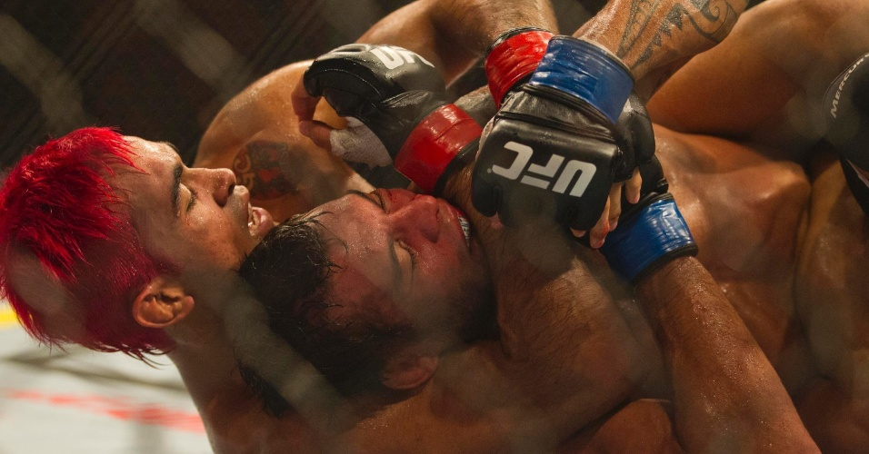 19.jan.2013 - Pepey tenta estrangular Miltinho na última luta do card preliminar do UFC SP
