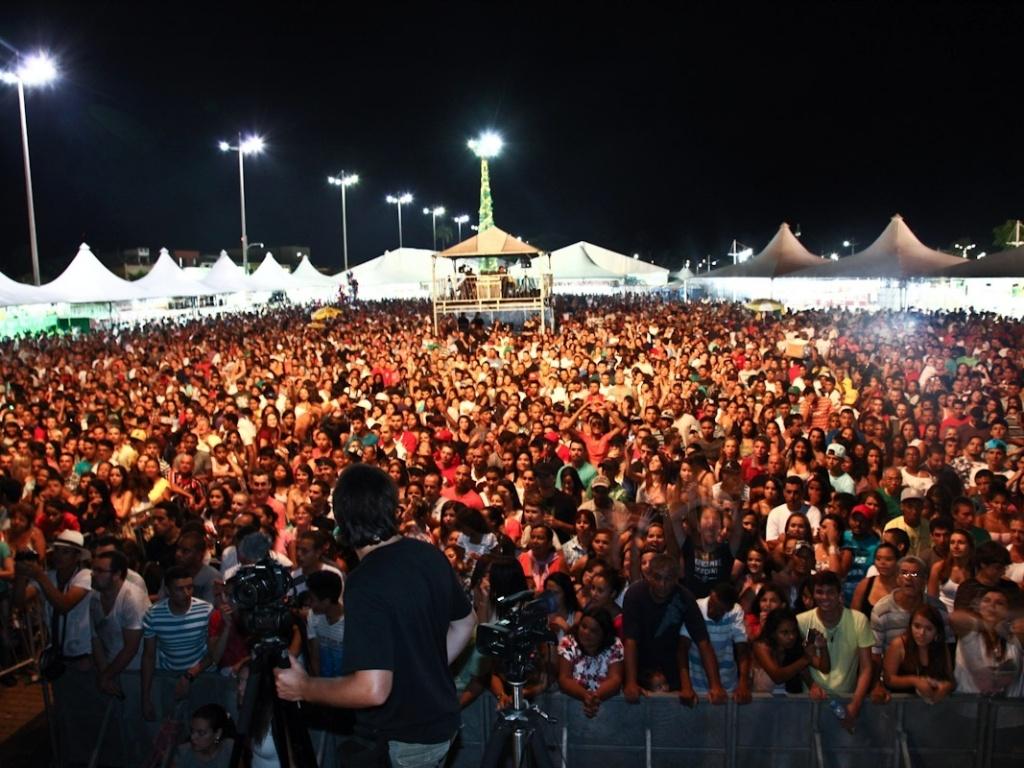 19.jan.2013 - Público aguarda show da cantora Wanessa em São Sebastião, litoral de São Paulo