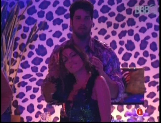 20.jan.2013 - Anamara dança em frente a Marcello durante a festa Techno Brega