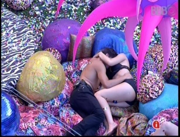 20.jan.2013 - André e Fernanda terminam a festa em clima de romance, mesmo após terem concordado que seriam apenas amigos