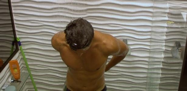 20.jan.2013 - André toma um banho depois do almoço