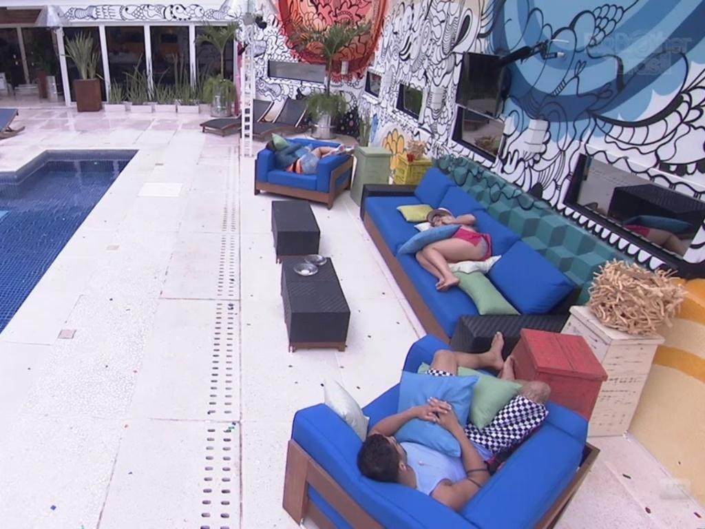 20.jan.2013 - Andressa, Anamara e Yuri tiram cochilo na varanda durante a tarde, antes do segundo paredão do