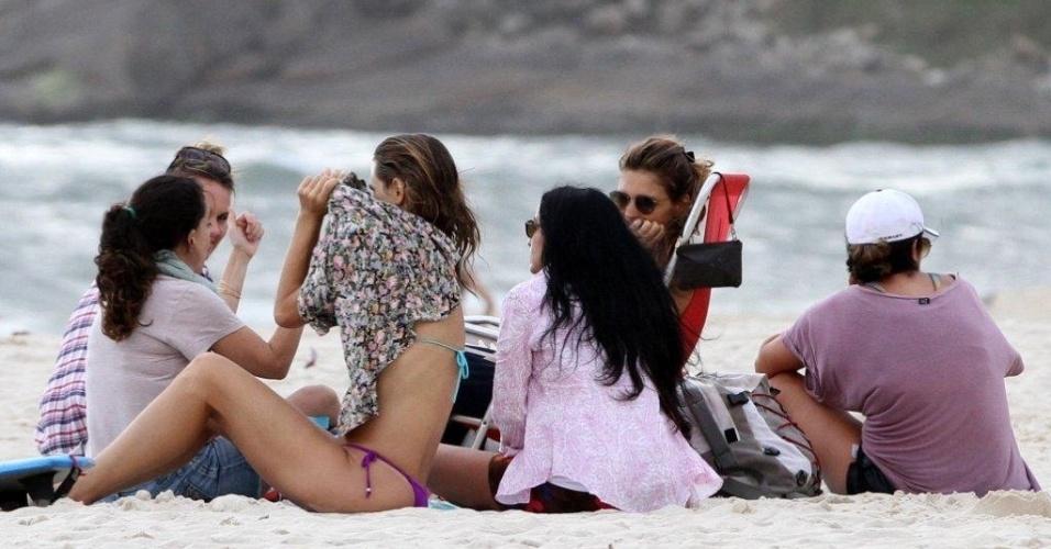 20.jan.2013 - Fernanda Lima conversa com amigas em praia do Rio