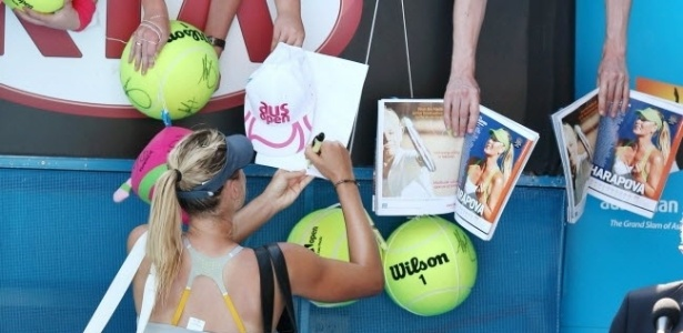 20.jan.2013 - Maria Sharapova autografa objetos de fs aps se classificar para as quartas de final com mais um atropelamento