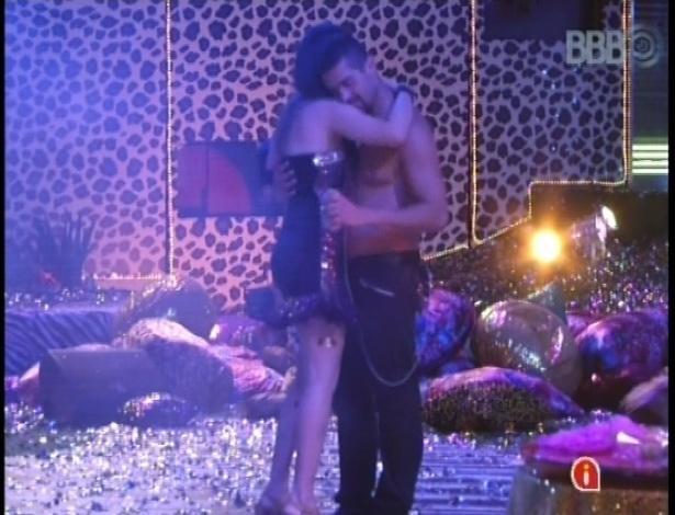 20.jan.2013 - Yuri e Kamilla dançam ao som de Portishead. Ao lado de Fernanda e André, o casal foi o último a deixar a festa.