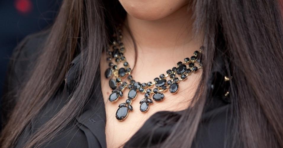 No detalhe, o colar de Camila Sousa comprado na rua 25 de Março (19/01/2013)