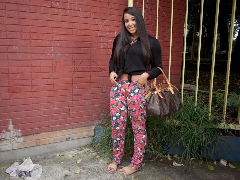 Camila Sousa, 20, é administradora e usa calça Renner, camisa Forever 21, colar comprado na rua 25 de Março, bolsa Louis Vuitton e rasteiras Jorge Alex (19/01/2013)