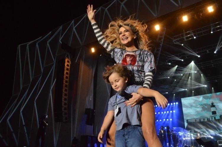 Cantora Claudia Leitte dança com o filho Davi no palco do Festival de Verão Salvador