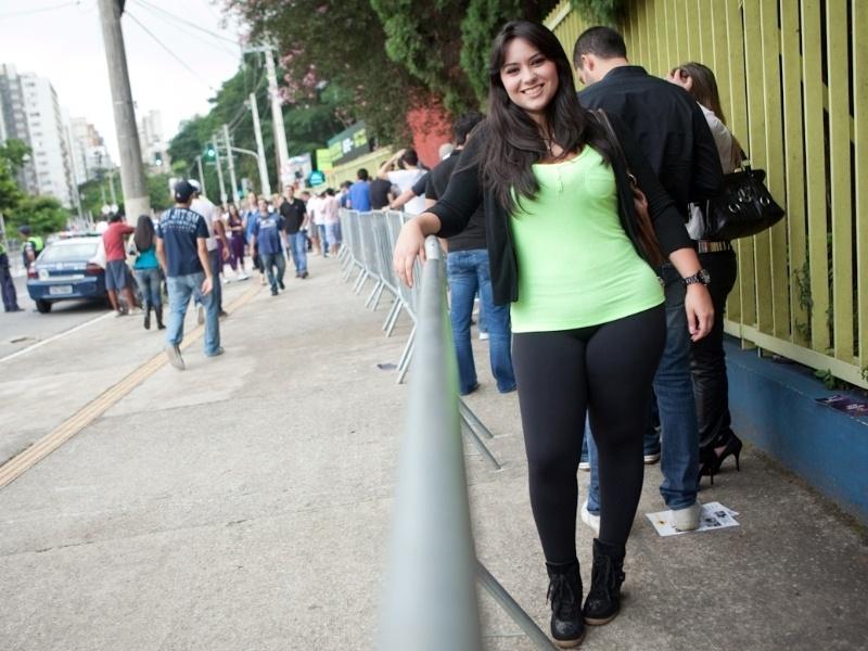 Carla Ubila, 26, pscicóloga. Usa tênis Kicks, legging Blue Beach, camiseta e cardigan que comprou no Chile e bolsa Corello (19/01/2013)