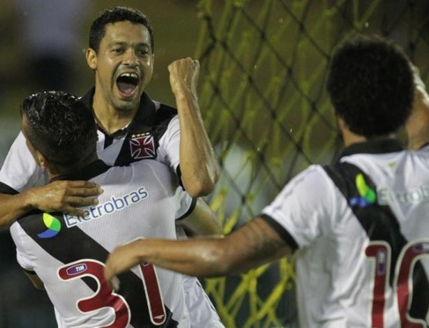 Éder Luís comemora seu gol sobre o Boavista com Bernardo e Carlos Alberto