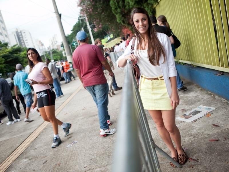 Karem Heleno, 21, estudante. Usa saia Junco, camiseta e blazer Canal, bolsa Calvin Klein e sapatilhas Lu Camargo (19/01/2013)