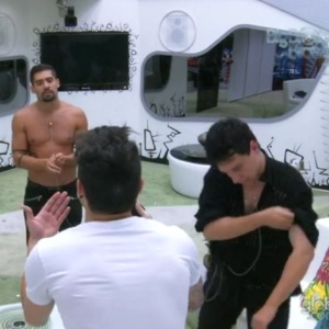 "Yuri discute com Nasser no fim da festa: ""Vira homem!"""