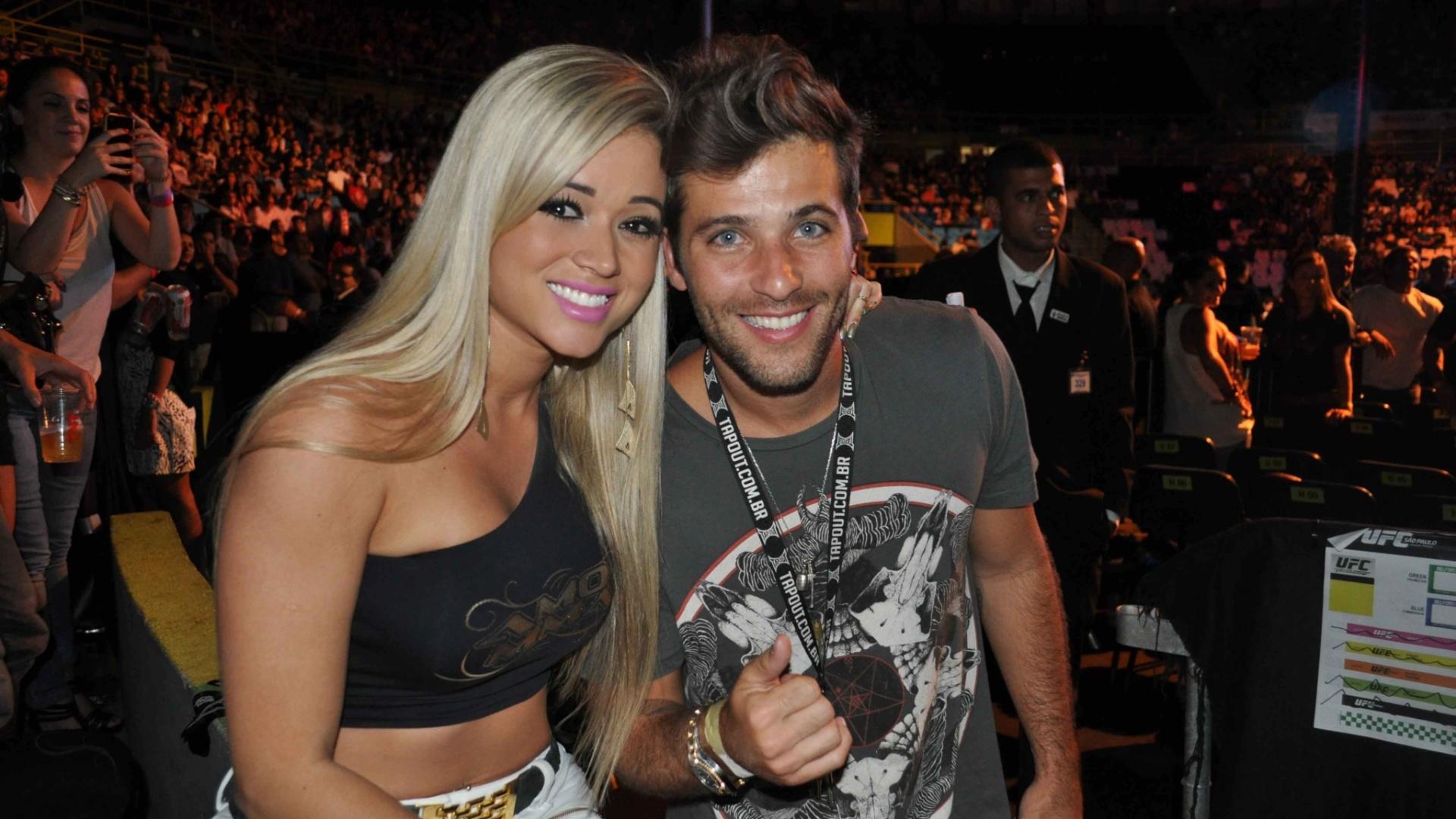 19.jan.2013 - A ex-panicat Aryane Steinkopf tietou o ator Bruno Gagliasso no no UFC São Paulo que aconteceu no Ginásio do Ibirapuera