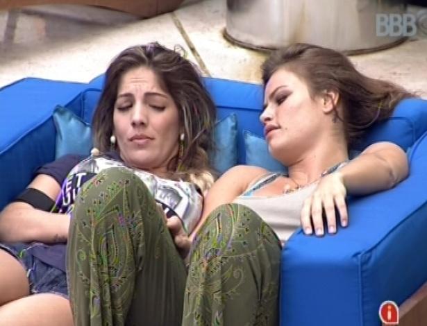 21.jan.2013 - Anamara e Natália conversam sobre relacionamentos