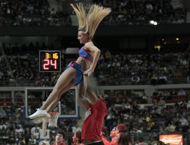 21.jan.2013 - Cheerleader do Detroit Pistons  jogada para o alto por danarino em apresentao em jogo contra o Boston Celtics pela NBA