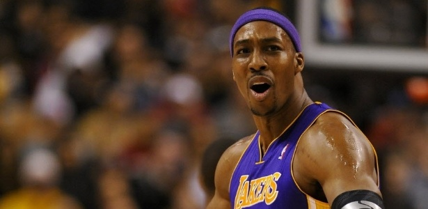 21.jan.2013 - Dwight Howard reclama aps ser excludo da partida entre Lakers e Raptors por duas faltas tcnicas