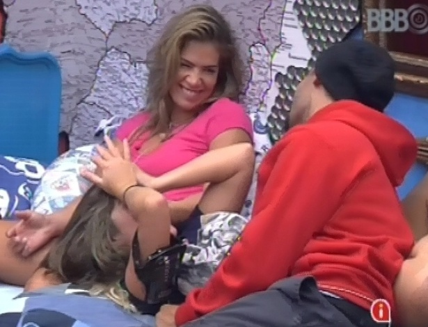 21.jan.2013 - Fani, Anamara e Yuri se divertem no quarto brechó, ao falar sobre sexo