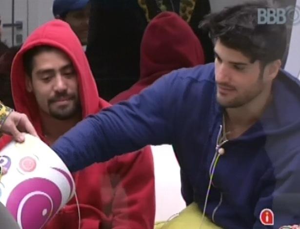 21.jan.2013 - Marcello tira a bolinha azul e pode fazer compras, junto com Aslan