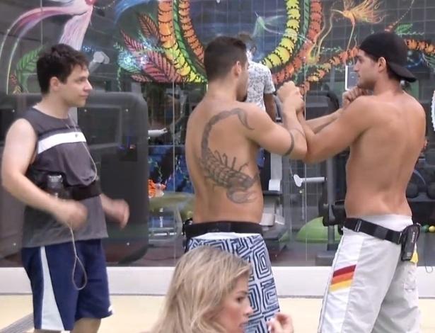 21.jan.2013 - Menos familiarizado com a luta, André tenta acertar alguns golpes com Yuri