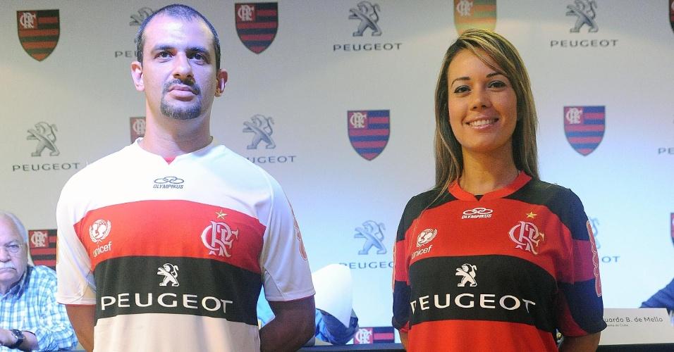 21.jan.2013 - Modelos apresentam novo uniforme do Flamengo com novo patrocinador na Gávea