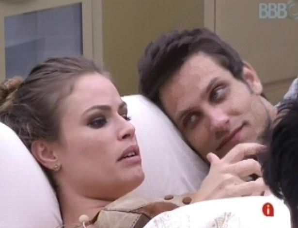 21.jan.2013 - Natália e Eliéser conversam no quarto do líder