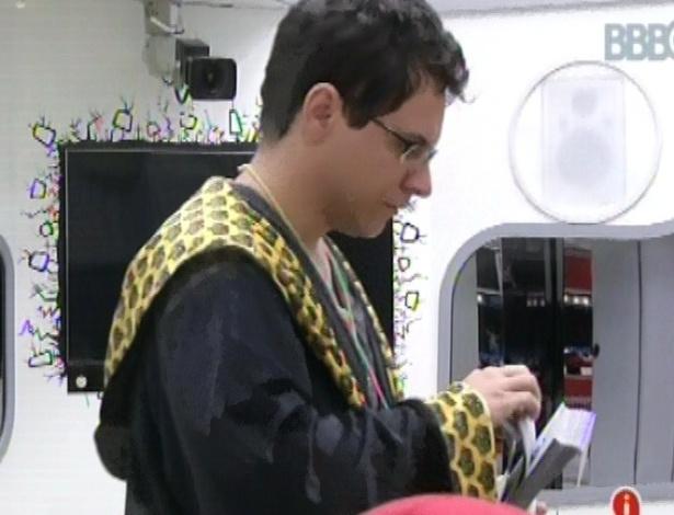 21.jan.2013 - O líder Ivan distribui as bolinhas para decidir quem vai ao mercadinho fazer compras para o