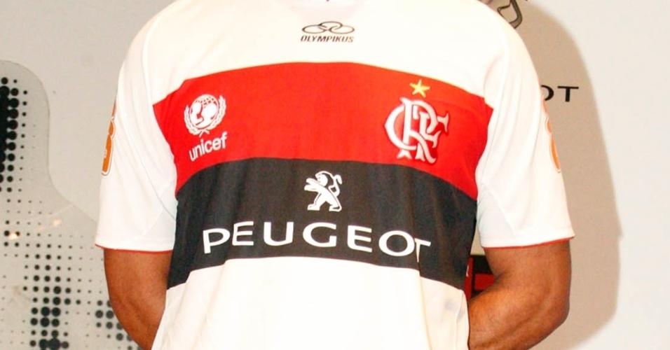 21.jan.2013 - Segundo uniforme do Flamengo apresentado com novo patrocinador na Gávea