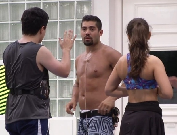 21.jan.2013 - Yuri, Andressa e Ivan treinam alguns golpes de Muay Thai