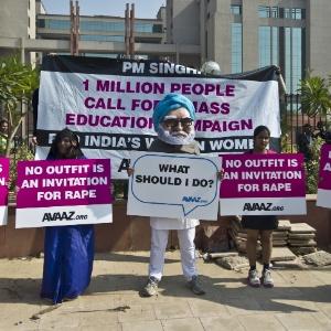 Ativistas feministas protestam nesta segunda (21) em frente a tribunal de Nova Déli onde acontece o julgamento