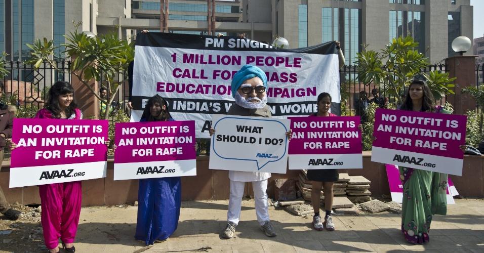 21.jan.2013- Ativistas feministas protestam em frente ao tribunal do distrito de Saket, em Nova Déli, na Índia, onde os cinco acusados pelo estupro e morte de uma jovem de 23 anos, em dezembro passado, estão sendo julgados