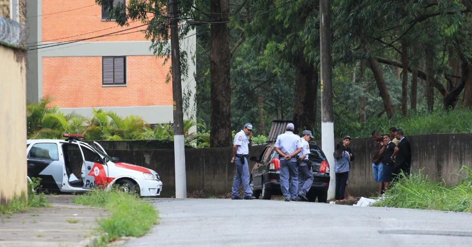 21.jan.2013- Um homem foi encontrado morto perto de um veículo roubado, na rua Coronel Francisco de Oliveira Simões, na Vila Andrade, zona sul da cidade de São Paulo. O corpo do jovem apresentava marcas de tiro. A polícia ainda não sabe se o homicídio e o roubo do carro têm ligação