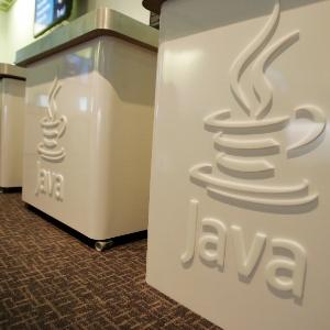 Foto de abril de 2007 mostra detalhe de logotipo da plataforma Java nos escritórios da Sun Microsystem na Califórnia. Em 2009, a Oracle comprou a Sun Microsystem