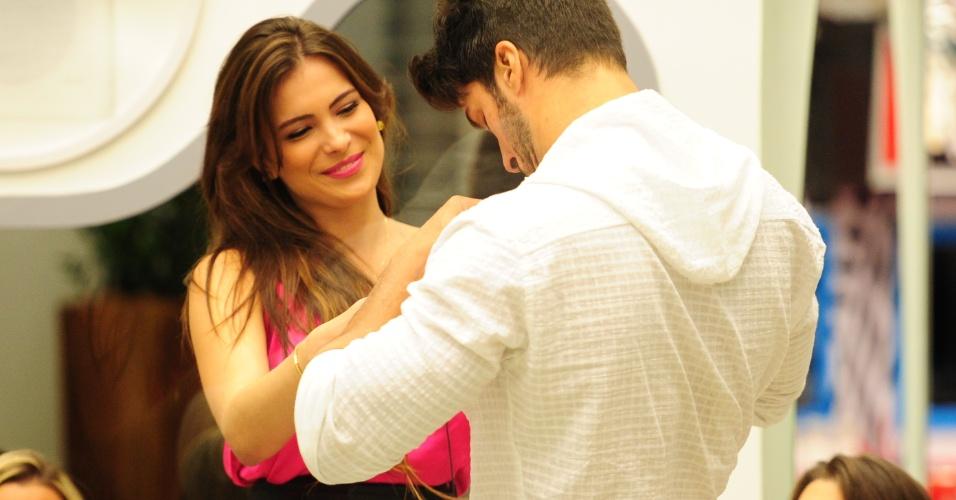 20.jan.2013 - Anjo da semana, Marcello imuniza Kamilla antes da formação do segundo paredão do
