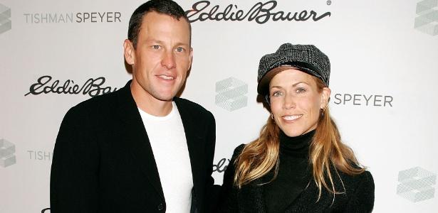 Lance Armstrong e Sheryl Crow são vistos em tapete vermelho em 2005, ano em que ficaram noivos