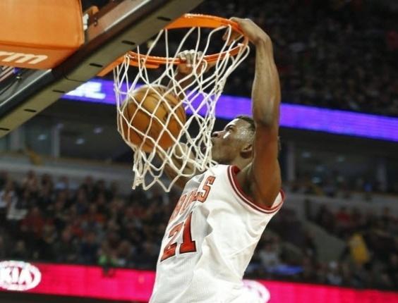21.jan.2013 - Jimmy Butler, dos Bulls, enterra na vitória em casa da equipe contra os Lakers