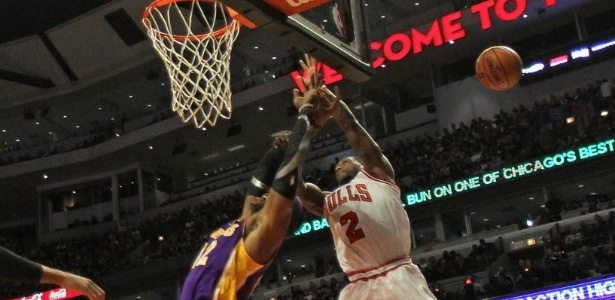 21.jan.2013 - Nate Robinson, de 1,75m, bloqueia Dwight Howard, de 2,11m, na vitria dos bulls sobre os Lakers