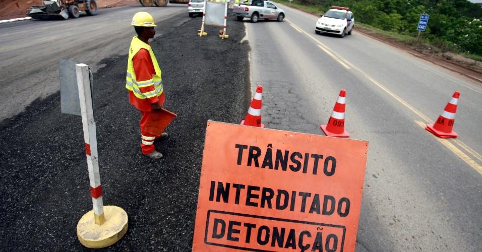 22.jan.2013 - A rodovia BA-093, popularmente conhecida como Via Parafuso, foi interditada nesta terça-feira (22) para detonação de rochas